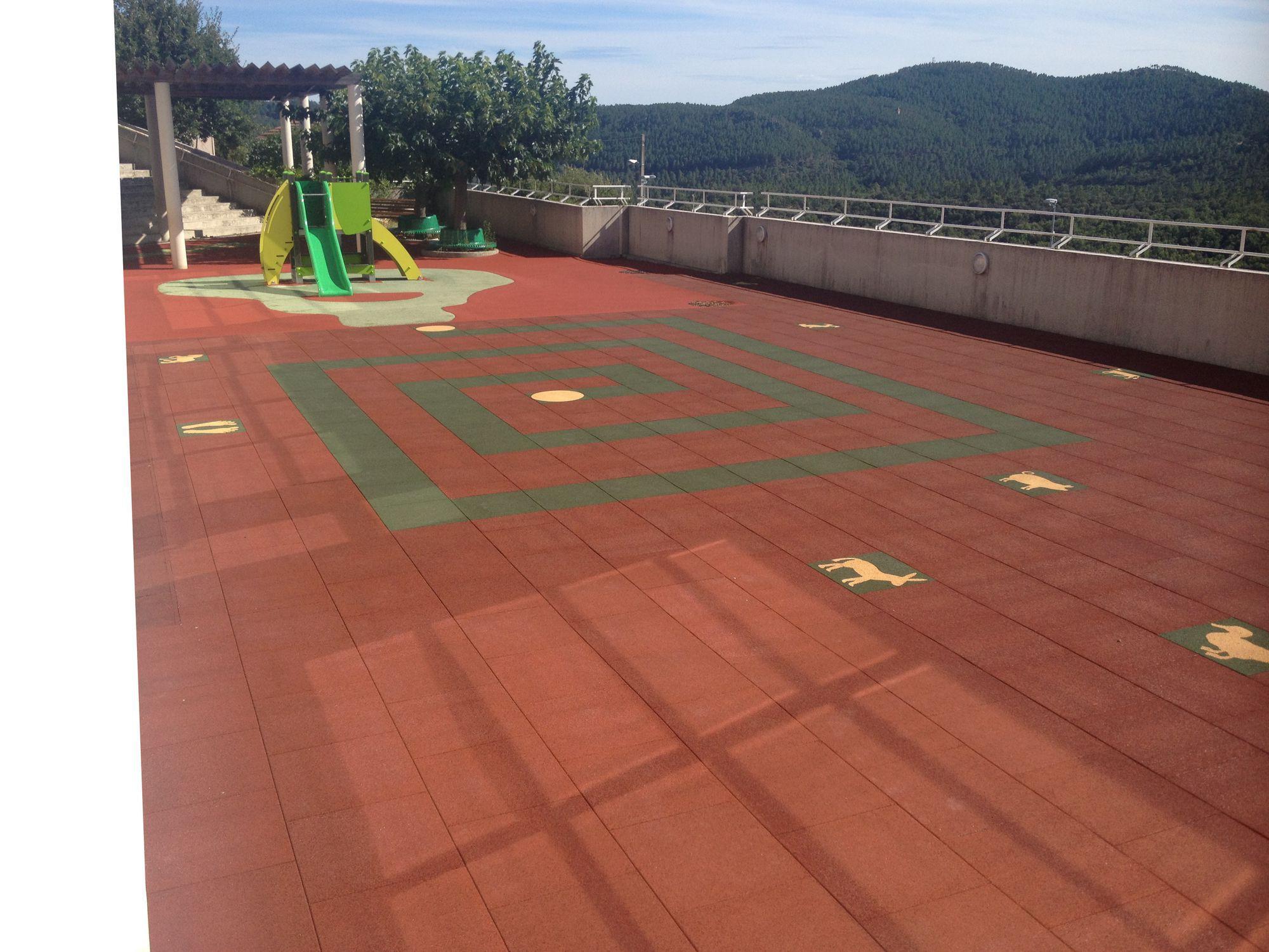 Pavimento In Gomma Per Esterno : Piastrella flessibile da esterno da pavimento in gomma riciclata