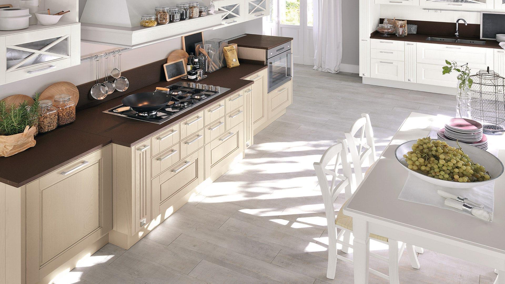 Cucina classica / in legno / con impugnature - AGNESE - CUCINE LUBE ...
