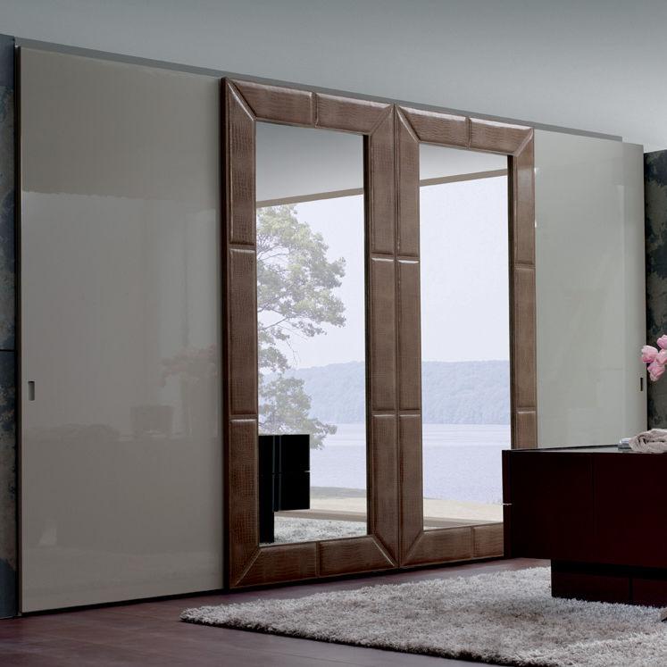 Armadio moderno / in legno laccato / con porta scorrevole / a ...