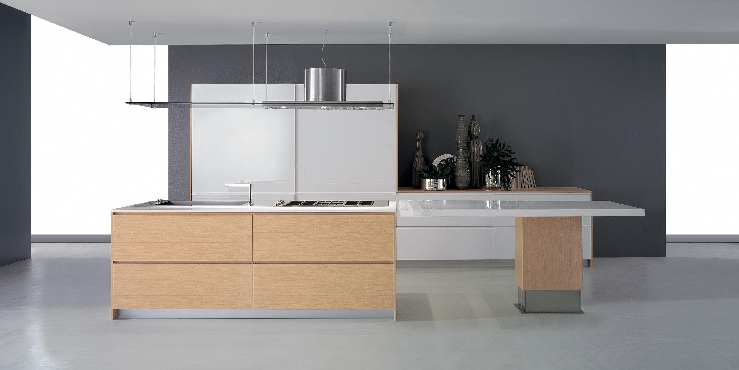 Cucina moderna / impiallacciata in legno / con isola / laccata ...