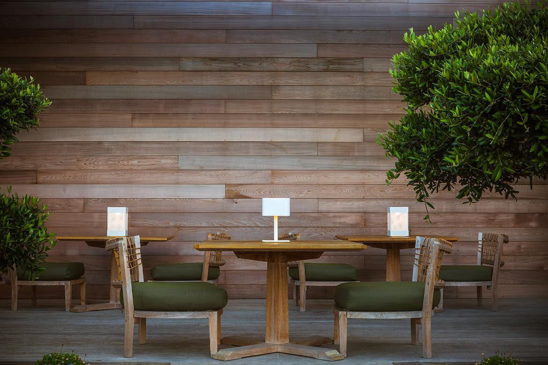 Lampada da tavolo moderna in alluminio anodizzato senza fili