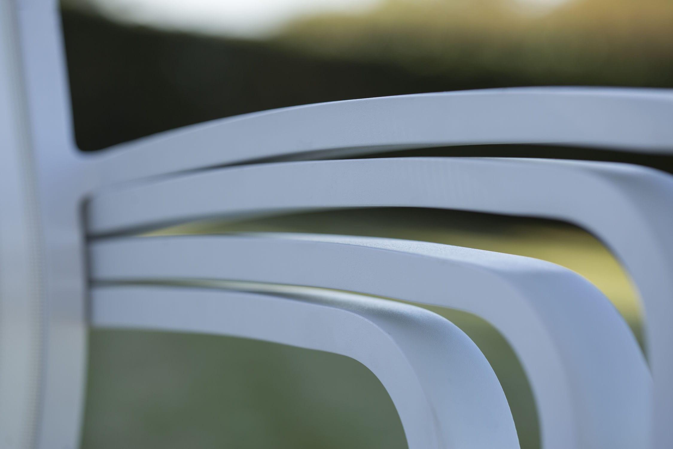 Sedia moderna impilabile con braccioli imbottita liz