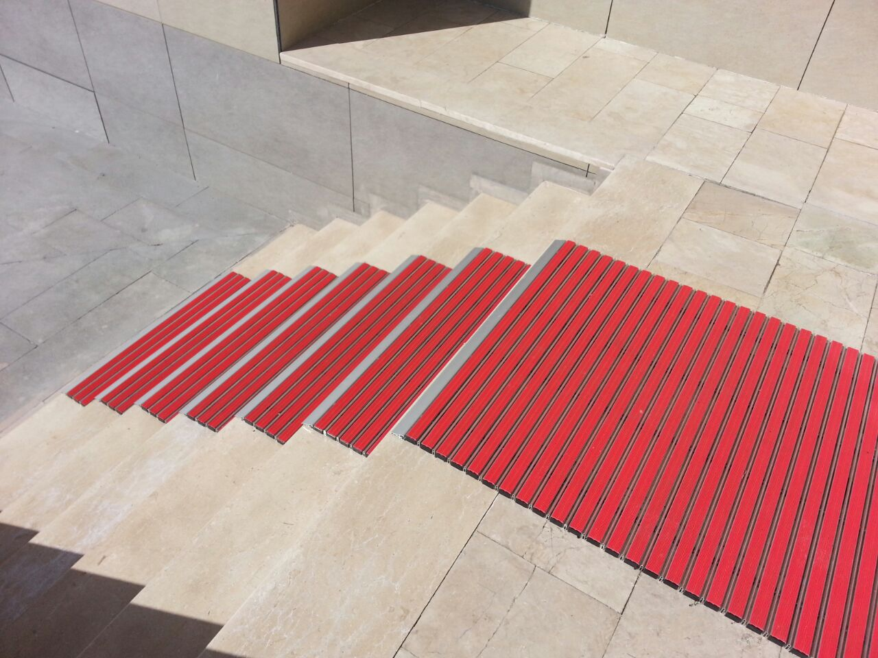 Tappeto d\'ingresso per edifici pubblici / per ufficio / in alluminio ...