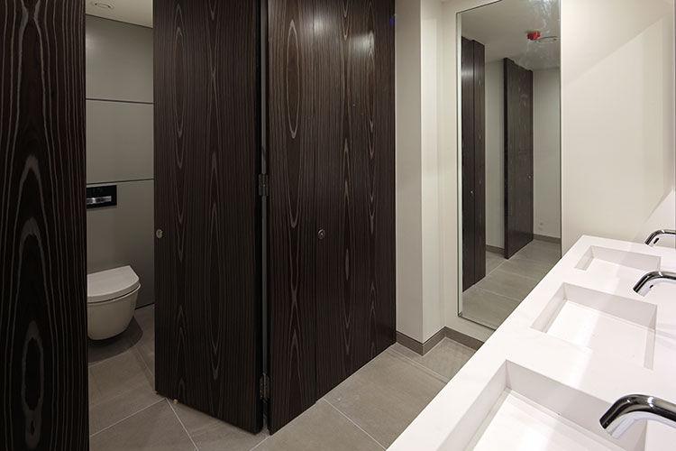 Cabina wc per bagno pubblico in laminato in hpl in legno