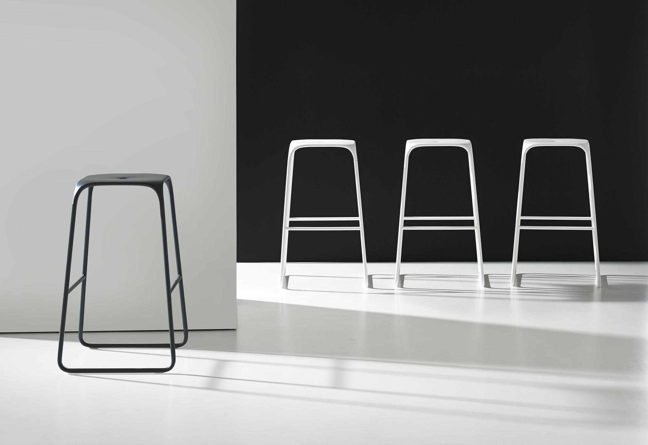 Sgabello da bar moderno in metallo nero ace bernhard design