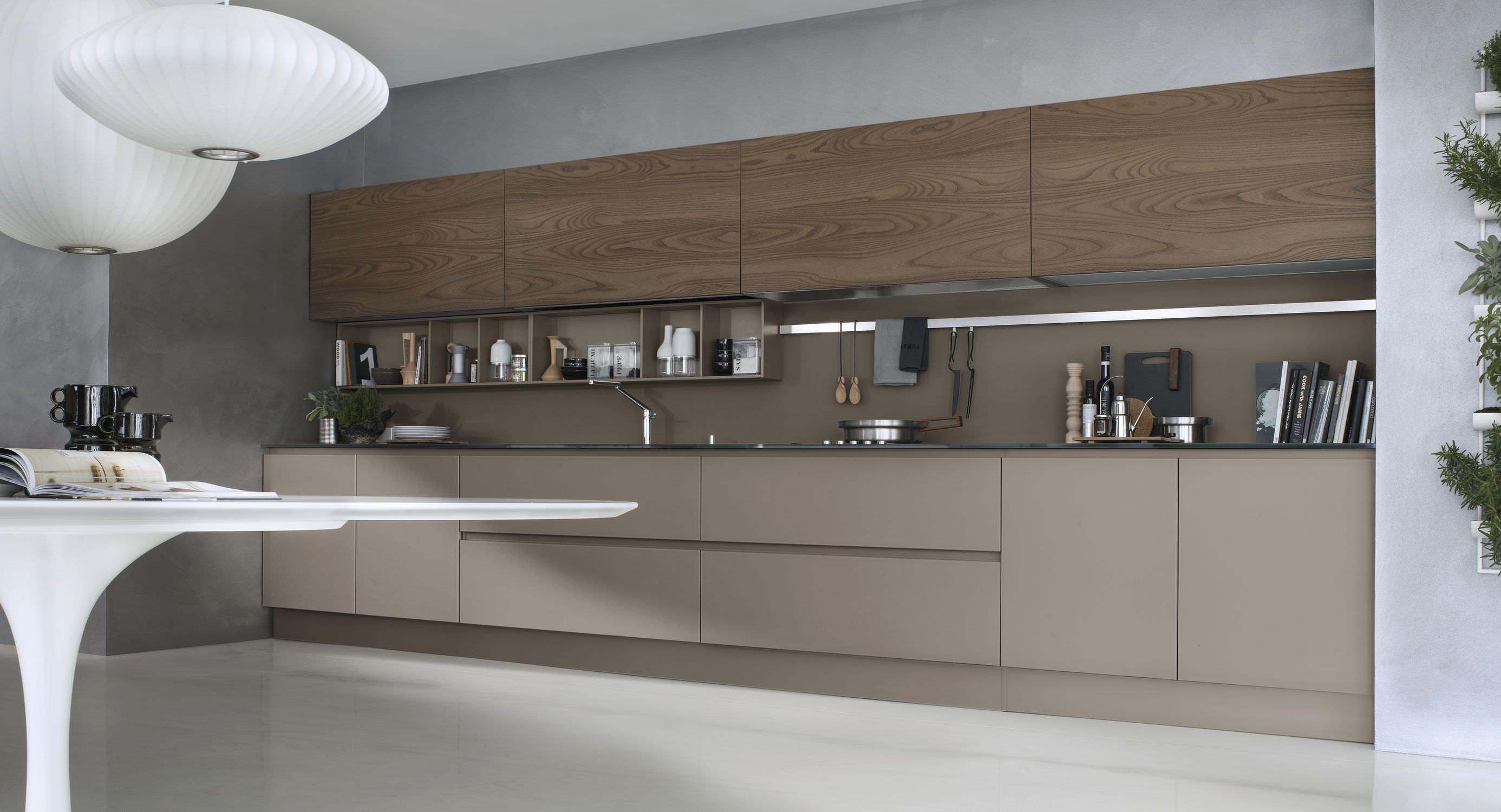Cucina moderna / in vetro / impiallacciata in legno / senza maniglie ...