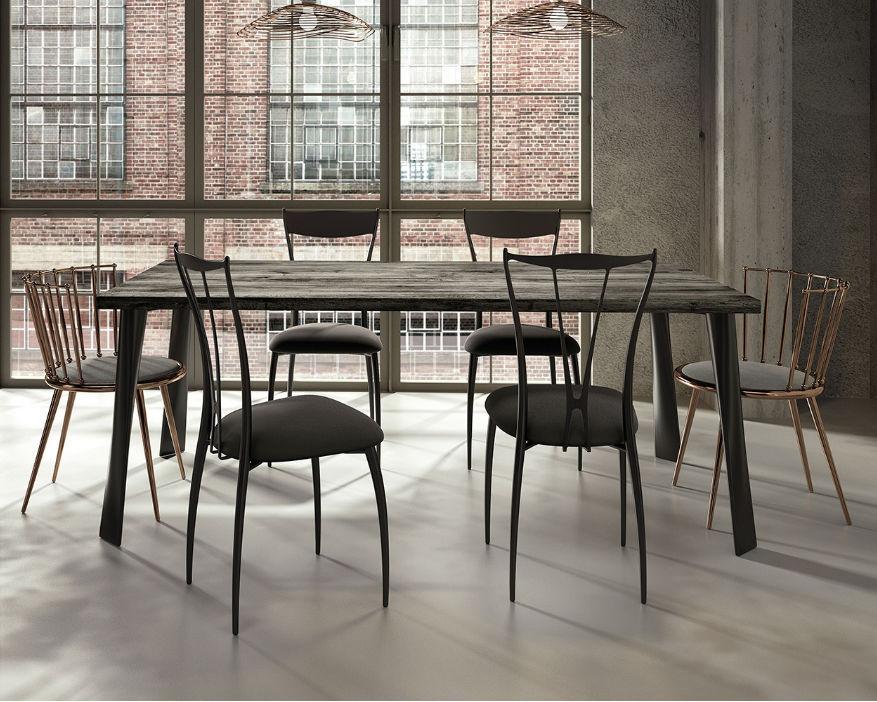 Tavolo Design Legno Ferro : Salone del mobile per la casa di design il tavolo è in
