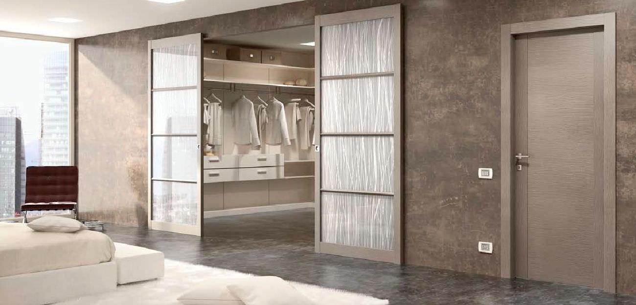 Porta da interni / per cabina armadio / scorrevole / in legno ...