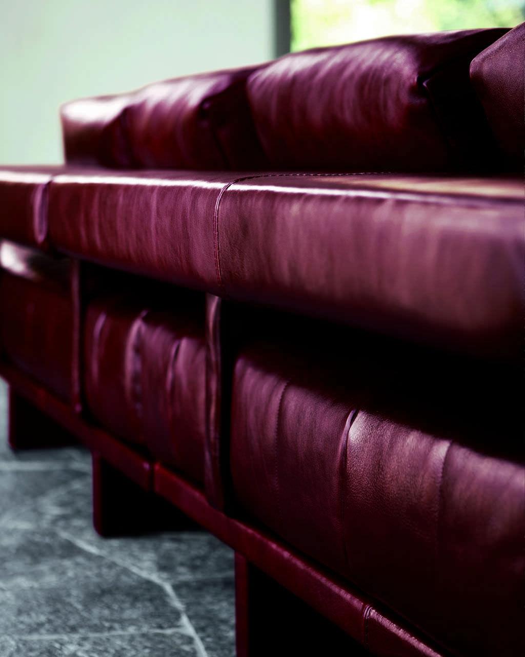 Divano Chesterfield Rosso : Divano modulare moderno in pelle 4 posti fiji doimo sofas