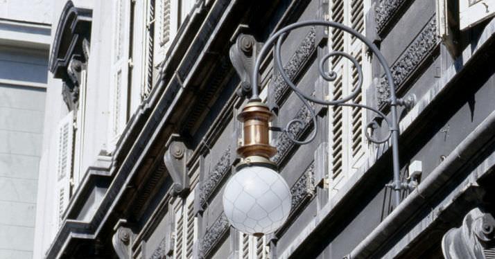 Applique classica da esterno in ottone per spazio pubblico