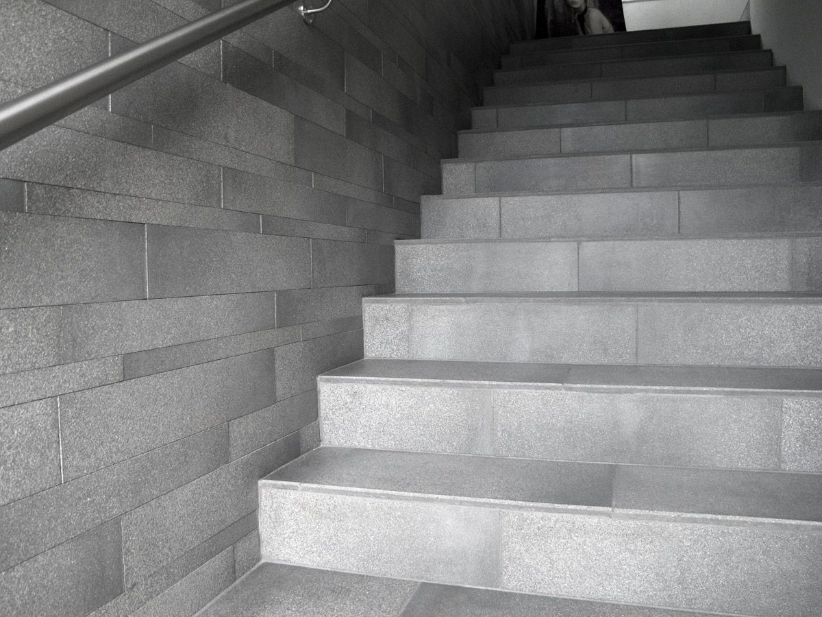 Scala dritta con gradini in pietra con alzata moderna favaro1
