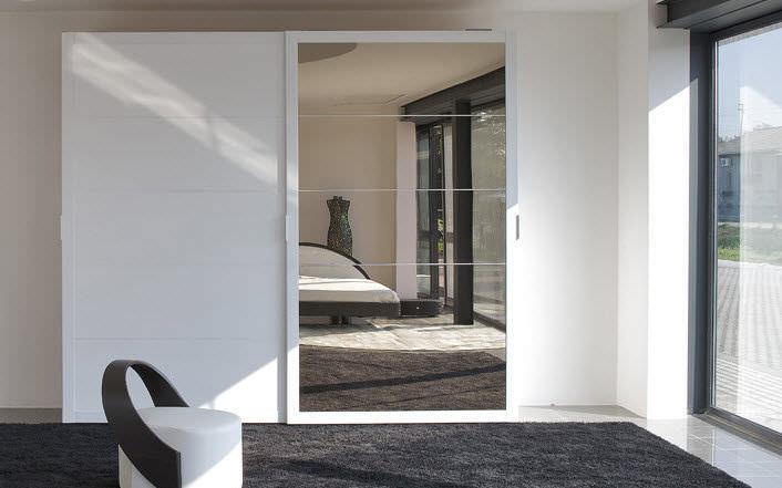 Credenza Moderna Con Espejo : Armadio moderno in legno con porta scorrevole a specchio