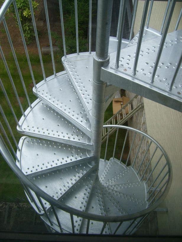 Scala a chiocciola / con struttura in metallo / con gradini in ...