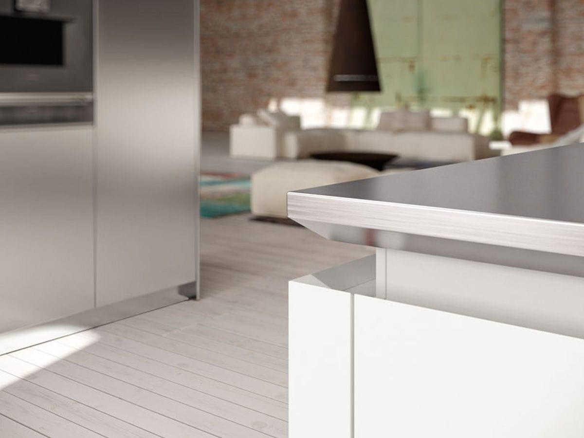 cucina moderna in legno con isola laccata ambra lineaquattro