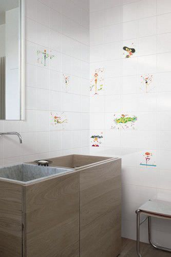 piastrella da bagno da parete in ceramica motivo con scena mad by maddalena