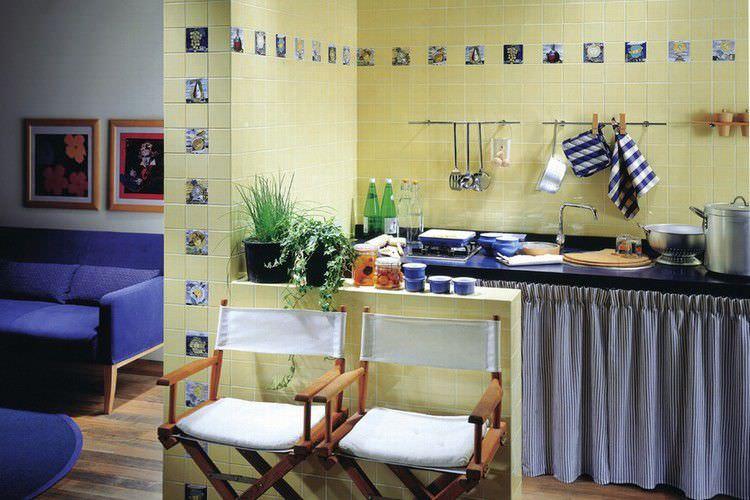 Tappeti cucina design con armadio da cucina moderna e piastrelle
