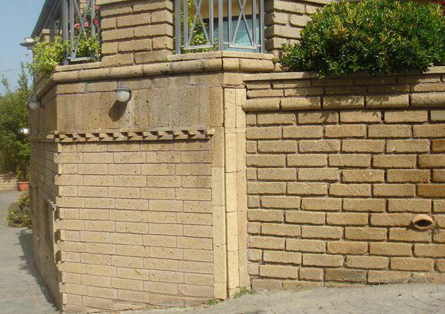 Muro tufo faccia vista