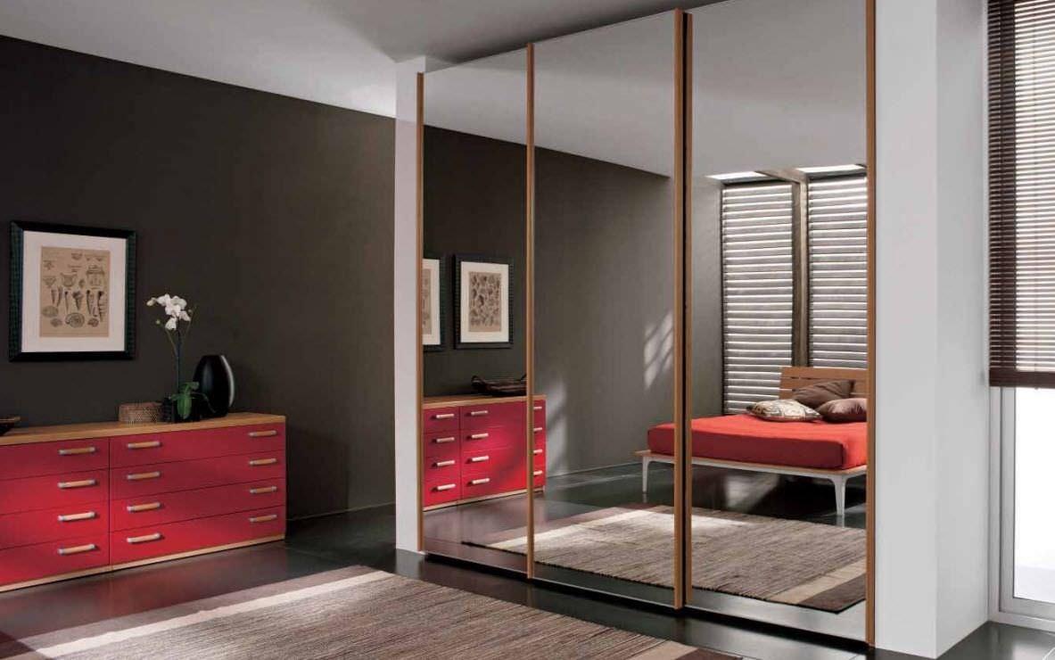 Armadio moderno / in legno / con porta scorrevole / a specchio ...
