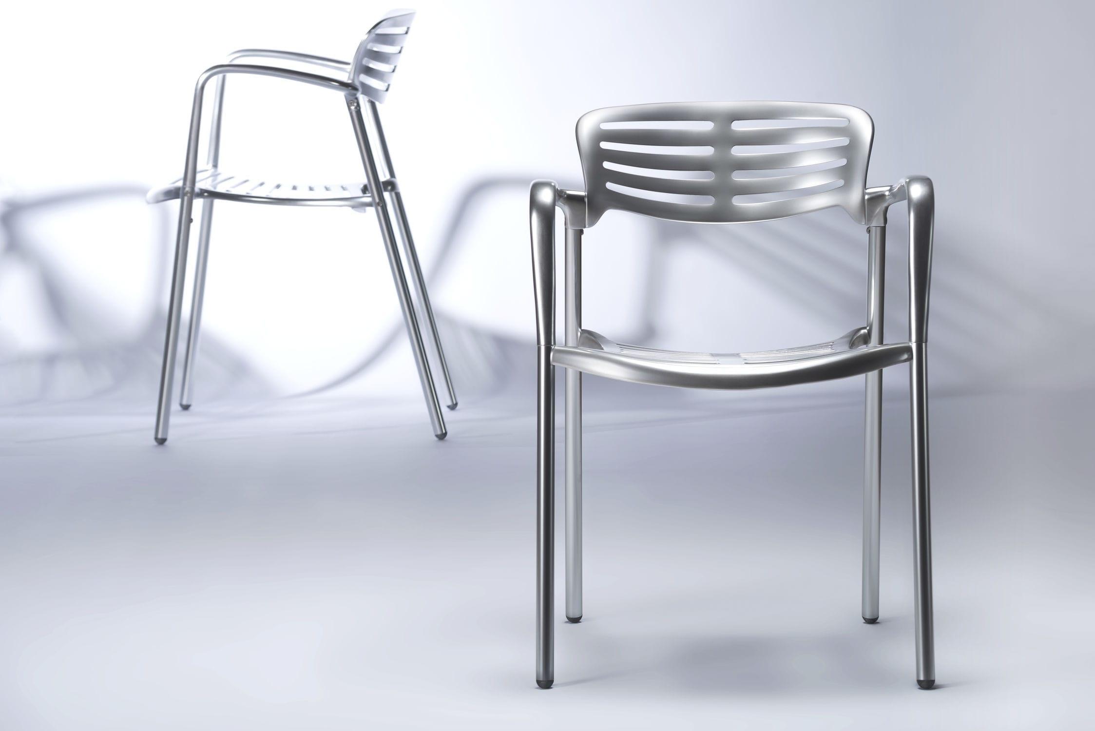 Sedia moderna con braccioli 100% riciclabile in alluminio