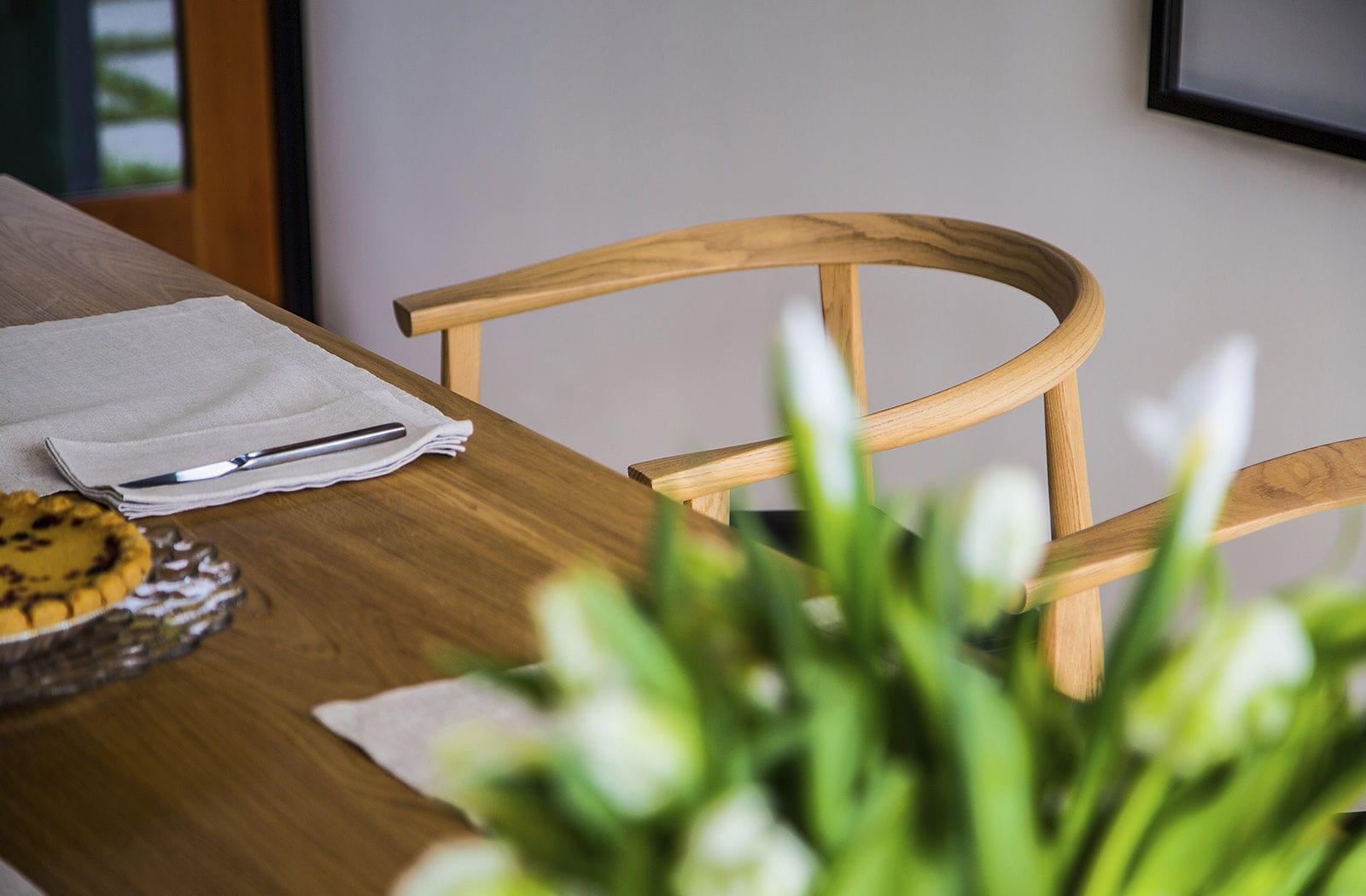 Sedia Imbottita Con Braccioli : Sedia moderna imbottita con braccioli in legno massiccio
