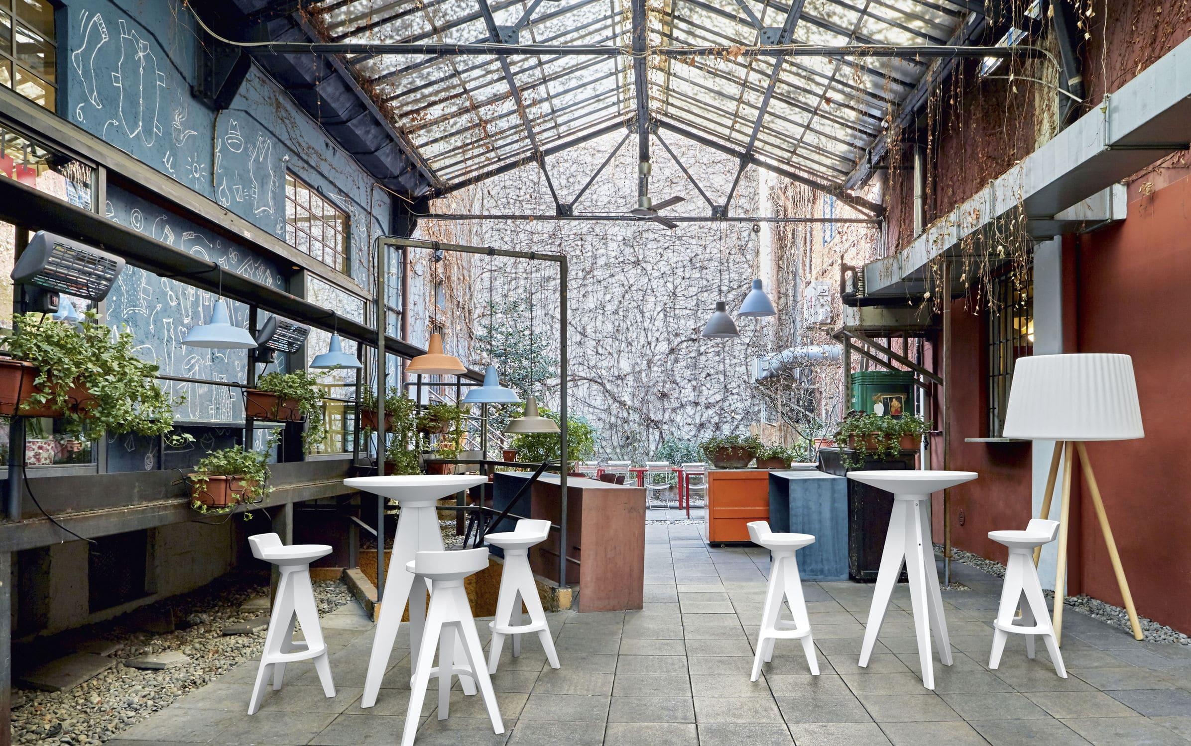 Sgabello da bar moderno in plastica da giardino marrone