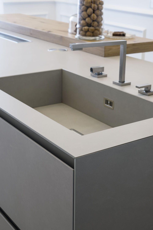 Cucina moderna / in legno laccato / in gres porcellanato / con isola ...