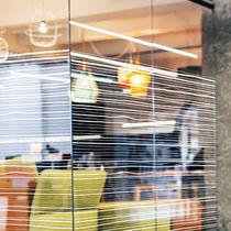 Pellicola decorativa adesiva / in PVC / per applicazione su vetro / per interni