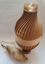 Lampada con piede / design originale / in legno / da interno