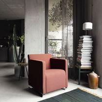 Poltrona design minimalista / in tessuto / in pelle / girevole