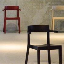 Sedia moderna / con braccioli / impilabile / in faggio