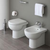 WC da appoggio / in ceramica / con sciacquone ad incastro