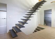 Scala dritta / con gradini in pietra / con struttura in acciaio inossidabile / senza alzata