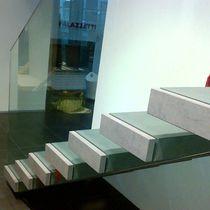 Scala dritta / con gradini in pietra / senza alzata / moderna
