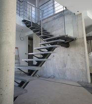 Scala a L / con gradini in pietra / con struttura in acciaio / senza alzata
