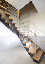 Scala a L / con gradini in legno / con struttura in metallo / senza alzata