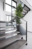 Scala a U / con gradini in pietra / con struttura in acciaio / senza alzata