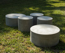 Tavolino basso moderno / in cemento / rotondo / per spazio pubblico