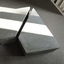 Tavolino basso moderno / in cemento / trapezoidale / professionale