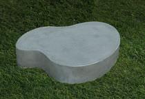 Tavolino basso design originale / in cemento / per spazio pubblico / da interno
