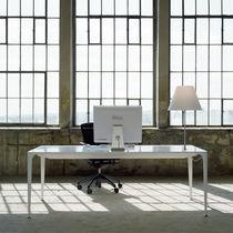 Tavolo moderno / in Corian® / per edifici pubblici / lampada