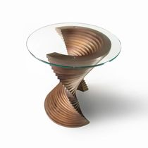 Tavolo d'appoggio design originale / in legno massiccio / in noce americano / in vetro