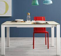 Tavolo da pranzo moderno / in legno laccato / in vetro / in alluminio