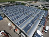 Sistema di montaggio per tetto di tegole / su tetto / per membrane fotovoltaiche