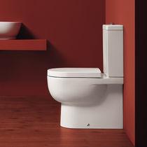 WC monoblocco / in ceramica / con placca di scarico