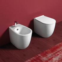 WC da appoggio / in ceramica / con sciacquone ad incastro / senza brida