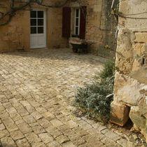 Lastricato in pietra naturale / antiscivolo / in materiale riciclato