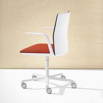 Sedia da ufficio moderna / con braccioli / con rotelle / con base centrale