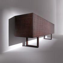 Credenza con piedi alti / a muro / moderna / in legno