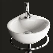 Lavabo sospeso / in porcellana / moderno / con portasalviette integrato