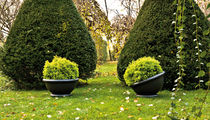 Vaso da giardino in polietilene / di Vico Magistretti